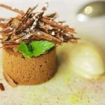 Mousse de chocolate con helado de té y frambuesas