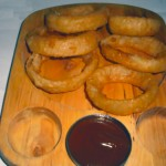 Receta en vídeo de aros de cebolla con salsa picante