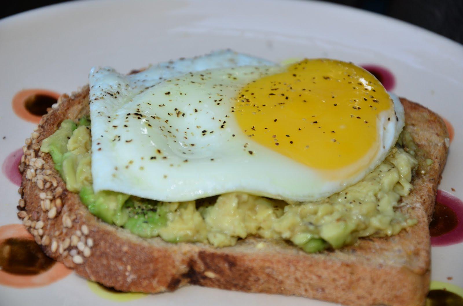 crema-aguacate-huevo