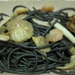 Espaguetis negros con gulas y gambas light