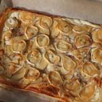 Pizza de hojaldre, queso de cabra y albahaca
