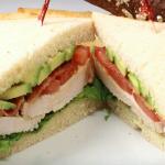 Sándwich de pavo, queso y aguacate