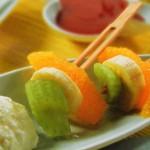Brocheta de frutas con mousse de queso y culís de frambuesa