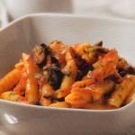 Macarrones con tomate, anchoas y alcaparras