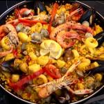 Receta con la típica paella de mariscos