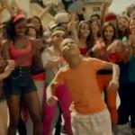 Enrique Iglesias canta bailando