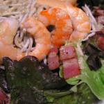 Receta de ensalada con gulas, langostinos y beicon