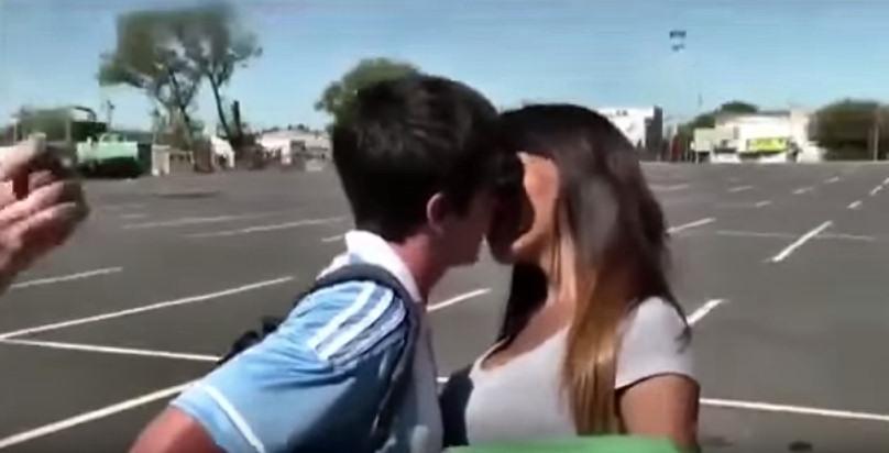 hombre-vestido-mujer-dando-besos