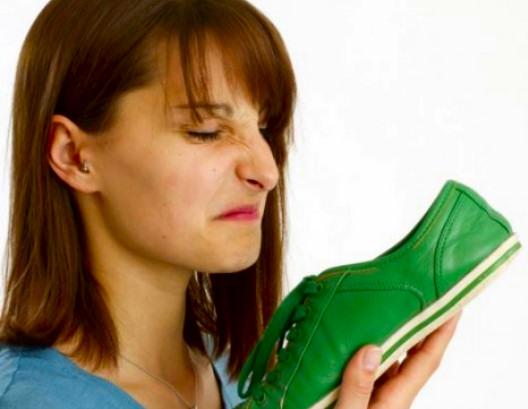 video-trucos-caseros-quitar-mal-olor-zapatos