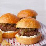 Receta casera de pequeñas hamburguesas